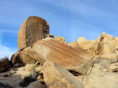 Split boulder along the trail to Mastodon Peak